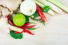Erba ed ingredienti piccanti per produrre alimento tailandese sul backgrou di legno Fotografia Stock