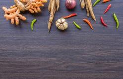 Erba ed ingredienti piccanti per produrre alimento tailandese sul backgrou di legno Fotografie Stock