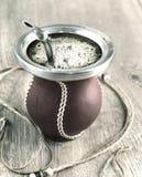 Erba mate in una zucca tradizionale della zucca a fiaschetta Immagine Stock Libera da Diritti