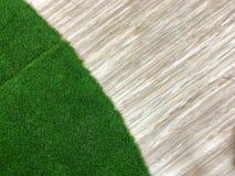Erba verde con il pavimento di legno Fotografie Stock