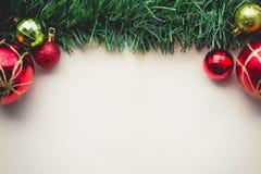 Erba verde di Natale su spazio di vecchia carta con le palle e Fotografia Stock Libera da Diritti