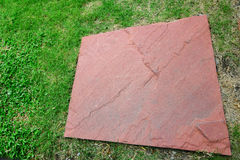 Erba verde e la roccia Immagini Stock