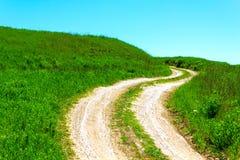Erba verde, strada e cielo immagini stock libere da diritti