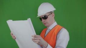 Erbauer öffnet und schaut technische Zeichnung über Neubau chromakey Ingenieur und Immobilienmarkt Chef oder stock video