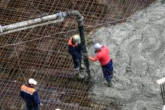 Erbauer arbeitet an der Baustelle: auslaufender Beton für FO Lizenzfreie Stockfotografie