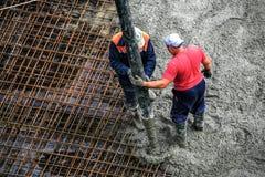 Erbauer arbeitet an der Baustelle: auslaufender Beton für FO Stockfoto