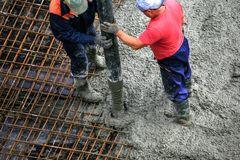 Erbauer arbeitet an der Baustelle: auslaufender Beton für FO Stockfotografie
