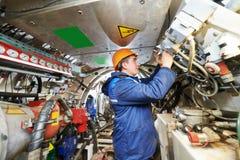 Erbauer arbeitet mit Tunnelbauausrüstung stockbild
