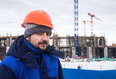 Erbauer auf dem Hintergrund des Wintergebäudes Stockfoto