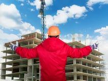 Erbauer bei der Arbeit mit konkretem Bau Stockfoto