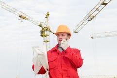 Erbauer, der den Turmkran betreibt lizenzfreie stockfotos