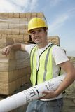 Erbauer, der einen Plan hält Stockbilder