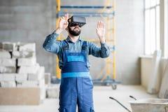 Erbauer, der mit VR-Gläsern arbeitet lizenzfreie stockbilder