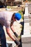 Erbauer, der an neuen Wänden arbeitet Stockfotos