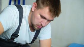 Erbauer, der Wohnung erneuert Reparatur der Wohnung, lamellenförmig angeordneten Bodenbelag legend aufbau stock video