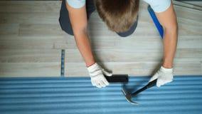 Erbauer, der Wohnung erneuert Reparatur der Wohnung, lamellenförmig angeordneten Bodenbelag legend aufbau stock video footage
