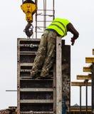 Erbauer, die an dem Bau des Neubaus arbeiten Lizenzfreie Stockfotografie