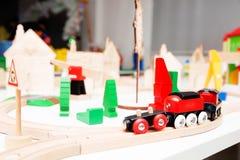 Erbauer, hölzerne Stadt Kinderspiel auf dem Tisch Lizenzfreie Stockbilder