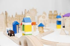 Erbauer, hölzerne Stadt Kinderspiel auf dem Tisch Stockbild