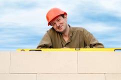 Erbauer mit einem Schutzhelm Stockbild