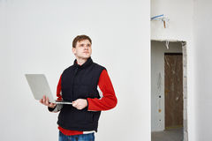 Erbauer mit Laptop auf Gegenstand Stockfotos