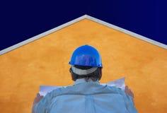 Erbauer, Pläne, orange Haus und Himmel Stockfotografie