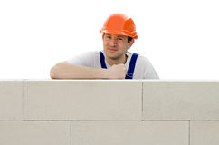 Erbauer richtet eine Wand von einem Ziegelstein auf Stockfotos