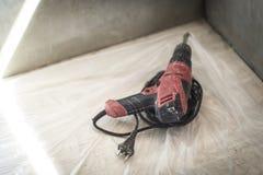 Erbauer vergipste Gipsgipswand und macht Gips Material und Werkzeuge, Kelle und Kelle stockbild