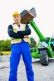 Erbauer vor Baumaschinen Stockfotos