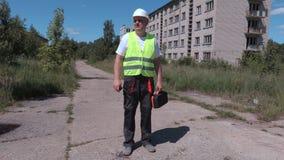 Erbauer, welche nach verlassenen Apartmenthäusern des richtigen Weges nahe sucht stock footage