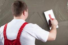 Erbauerarbeitskraft an der Wand des Hausbaus Fokus auf Mann Stockfotos