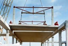 Erbauerarbeitskraft, die Betonplatte einbaut Lizenzfreie Stockfotos