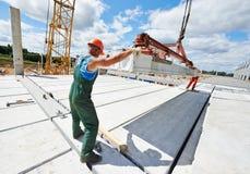 Erbauerarbeitskraft, die Betonplatte installiert Stockfotografie