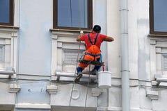 Erbauerarbeitskraft-Malereifassade des hohen Gebäudes Lizenzfreie Stockfotos