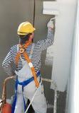 Erbauerfassademaler bei der Arbeit stockbild