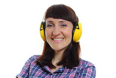 Erbauerfrau, die schützende Kopfhörer trägt Lizenzfreies Stockfoto