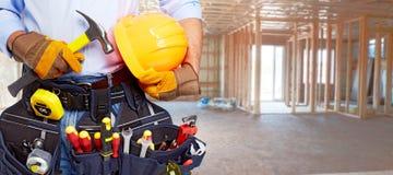 Erbauerheimwerker mit Bauwerkzeugen lizenzfreie stockbilder