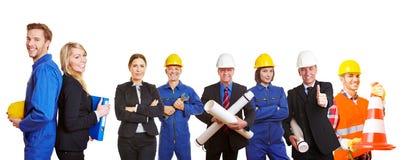 Erbauerteam mit Ingenieuren und Arbeitskräften stockbilder