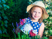 Erbe d'innaffiatura della ragazza sveglia Bambino che prende cura delle piante Bambino con immagini stock