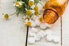 Erbe e bottiglia con le medicine. Omeopatia di concetto. Fotografia Stock