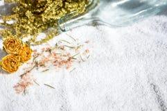 Erbe e fiori dei sali su un asciugamano Immagine Stock