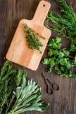 Erbe e pianta fresche di secchezza per l'alimento della spezia sulla vista superiore della cucina del fondo di legno dello scritt Fotografia Stock Libera da Diritti