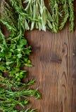 Erbe e pianta fresche di secchezza per l'alimento della spezia sullo spazio di legno di vista superiore del fondo dello scrittori Immagini Stock