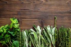 Erbe e pianta fresche di secchezza per l'alimento della spezia sullo spazio di legno di vista superiore del fondo dello scrittori Fotografia Stock