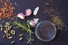 Erbe e spezie, chiodi di garofano di aglio con i rosmarini Fotografia Stock Libera da Diritti
