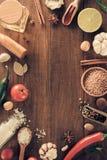 Erbe e spezie su fondo di legno immagine stock libera da diritti