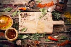 Erbe e spezie su fondo di legno Fotografie Stock Libere da Diritti