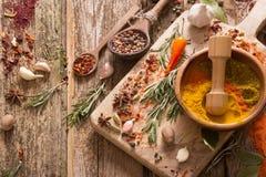 Erbe e spezie su fondo di legno Fotografie Stock