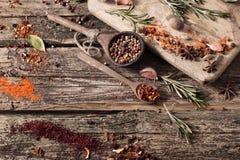 Erbe e spezie su fondo di legno Immagini Stock