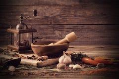 Erbe e spezie su fondo di legno Immagini Stock Libere da Diritti